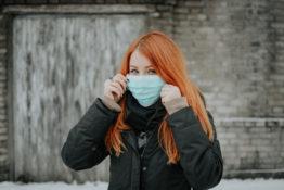 Koronawirus ruda kobieta w masce