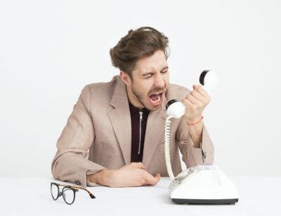 Rozwód a darowizna. Mężczyzna krzyczy do słuchawki.